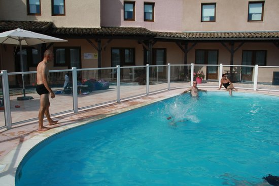 Hotel Ibis Mâcon Sud : swimming pool