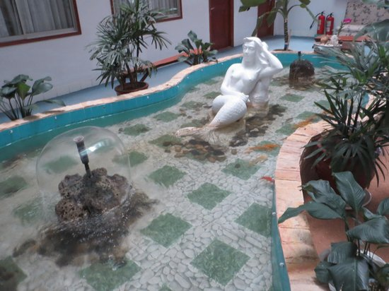 Saigon Cantho Hotel: Statue & fountain on the 2nd floor