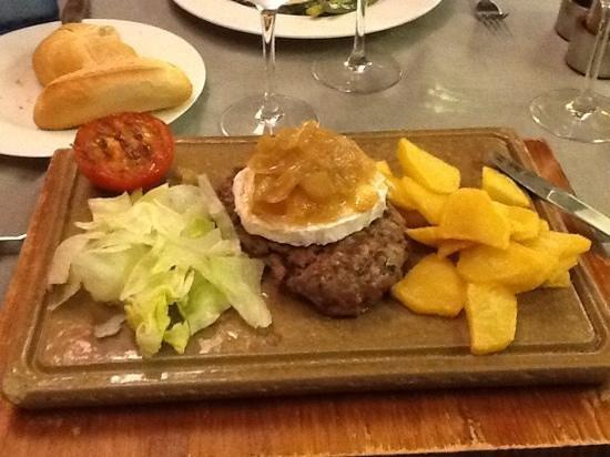 Hotel Del Sitjar: hamburguesa con queso de cabra y cebolla caramelizada