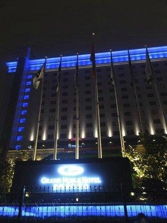 Grand Noble Hotel: 夜の外観