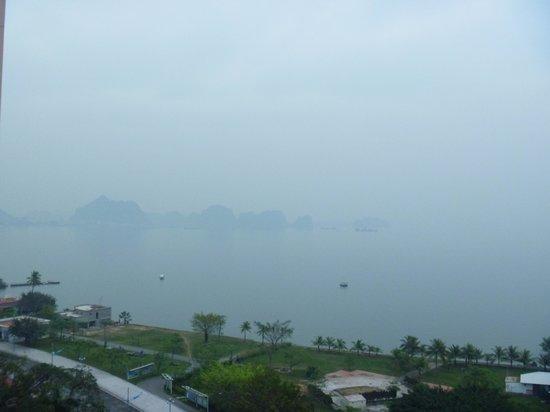 Halong Pearl Hotel : 部屋からハロン湾(曇り)