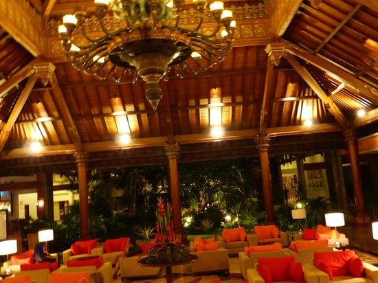 Sanur Paradise Plaza Hotel: Kolossal lustre.