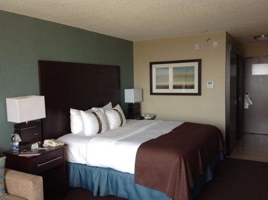 Holiday Inn Pointe Claire Montreal Airport : Room with king bed 2