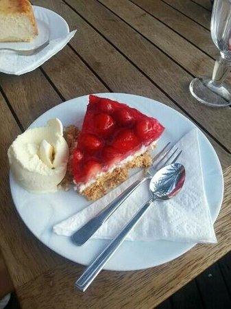 Cafe Anne: strawberry cheesecake with ice cream :-D