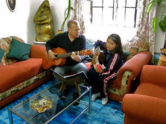 Hostal Joan Sebastian : El dueno y su gitarra!