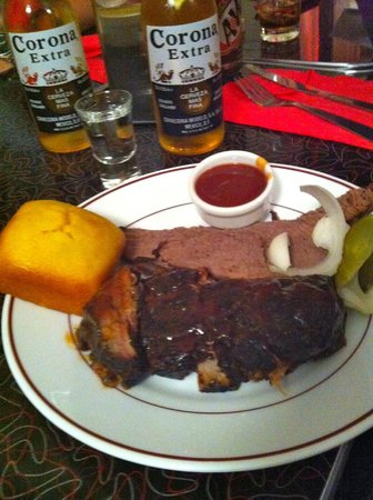 Blues Bar-B-Q : Two meat plate (ribs and brisket)