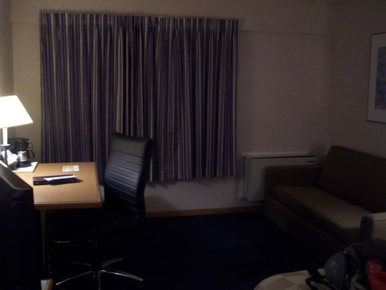 Comfort Inn Aeroport: 1st room-sofa and work station