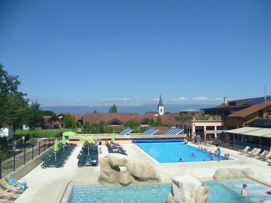 Camping La Colombière : Great view of the mountains from the pool