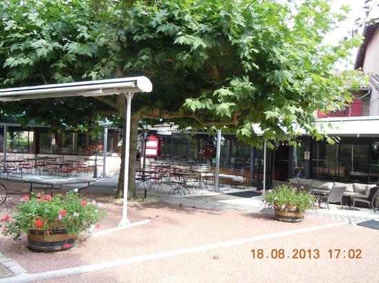 Le Moulin de Saint Vérand : terrasse du restaurant