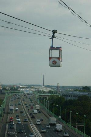 Germany: Kölner Seilbahn aus einer anderen Kabine fotografiert