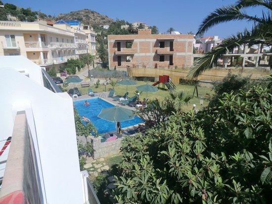 Manolis Apartments: Vue de la terrasse sur la piscine