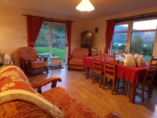 Corries B & B: Living room with lake view of loch lomond