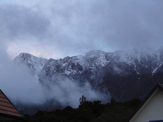 Bella Vista Motel Fox Glacier: The mountain view behind hotel