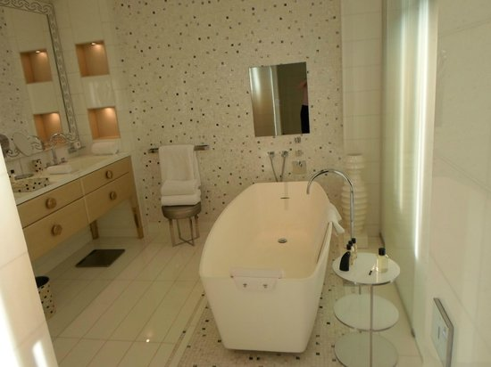 Mandarin Oriental, Paris: Bathroom in Junior Suite, with huge tub