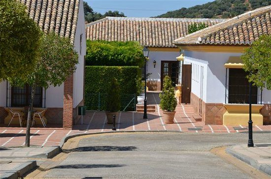 Hotel Carlos Astorga: Allée entre les bâtiments