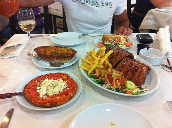 Roulas Restaurant: Pita con pomodori e feta, ribs e patate, fagioli giganti e patata ripiena di formaggio e funghi