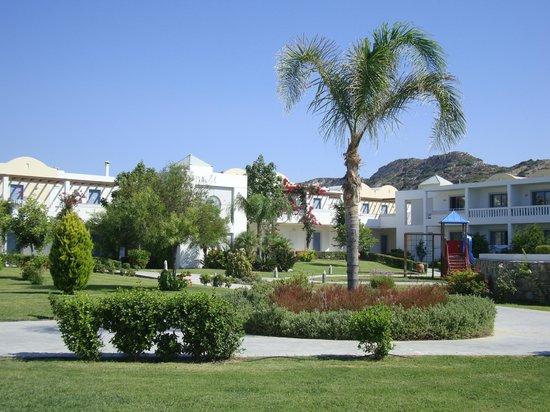 Lakitira Suites: Giardini