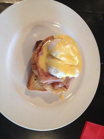Breeze Brasserie: Eggs Benedict. perfect brunch.