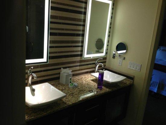 Marriott's Shadow Ridge II- The Enclaves: Enclaves double vanity bathroom.