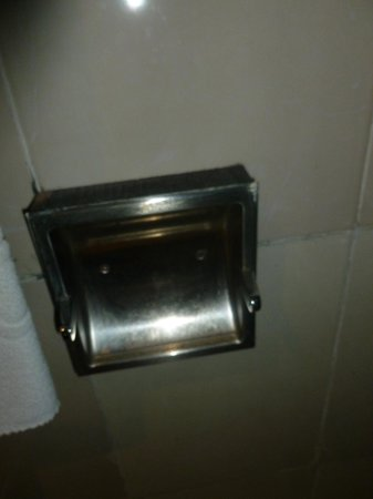 Oscar Hotel : The toliet paper holder was broken. Seriously?