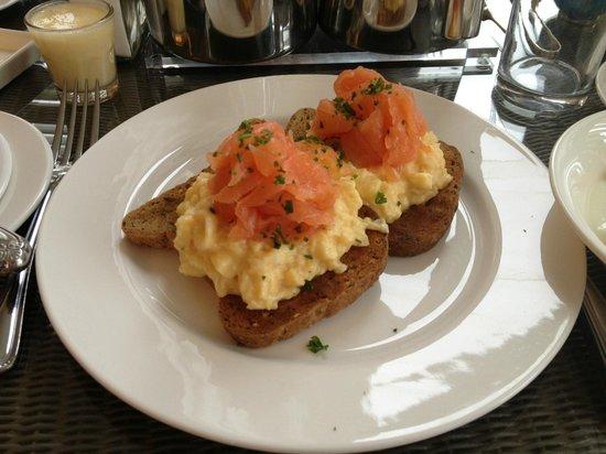 Villa at Henrietta Park: Delicious breakfast! Smoked salmon and scrambled eggs on gluten-free toast