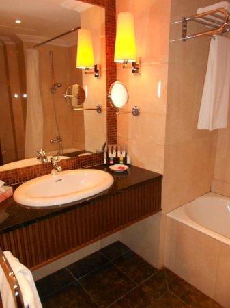 Makedonia Palace: Room 626 bathroom