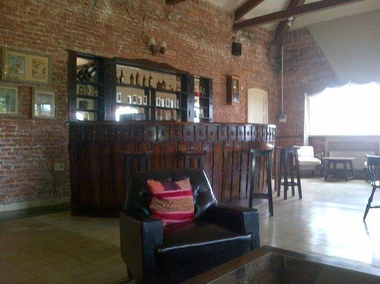 Hotel Parque Oceanico: Le bar situé dans le salon / salle de jeu