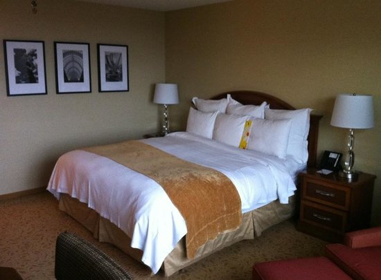 Toronto Airport Marriott Hotel: Bed