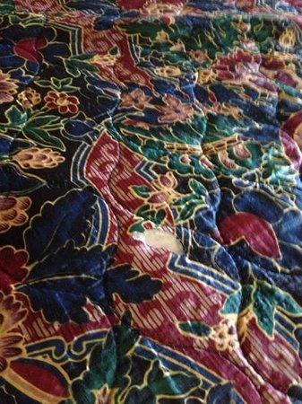 La Quinta Inn & Suites Spokane North: torn up comforters