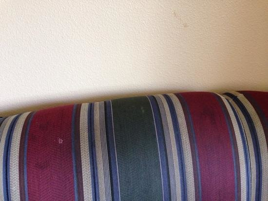 La Quinta Inn & Suites Spokane North: stains on sofa and walls
