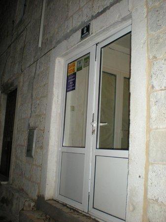 Damira Rooms, ingresso