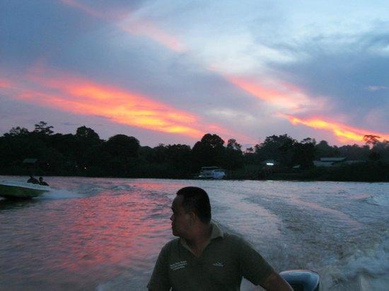 Sukau Evergreen Lodge : Tramonto in barca con la nostra guida: Rosman!