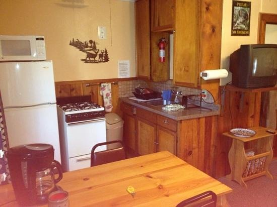 Idle Hour Lodge : cabin 11, kitchen