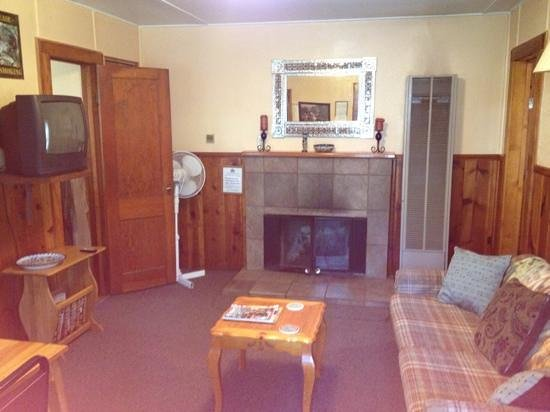 Idle Hour Lodge: cabin 11, living area