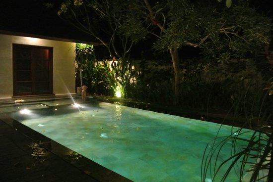 Belmond Jimbaran Puri: piscine by night