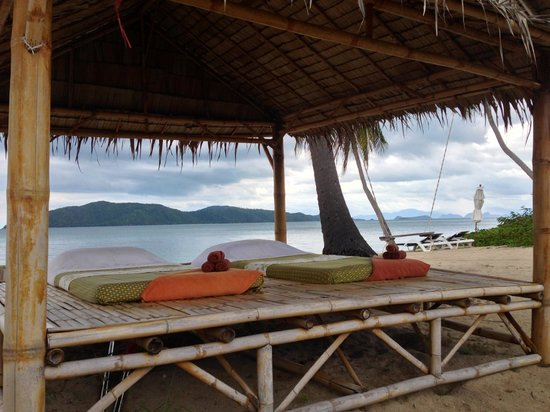 Centra by Centara Coconut Beach Resort Samui: Massage on the beach