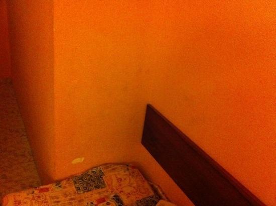 FERGUS Geminis: fleckige Wand