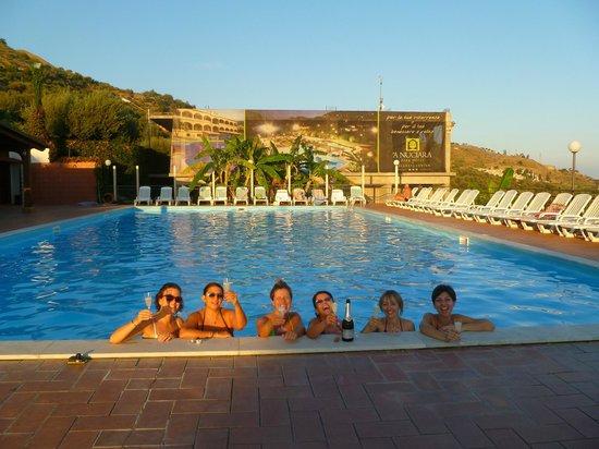 A Nuciara Park Hotel & SPA: Brindisi nella piscina esterna