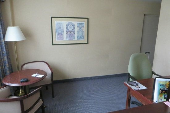 BEST WESTERN Roehampton Hotel & Suites : Mesa e cadeiras confortáveis