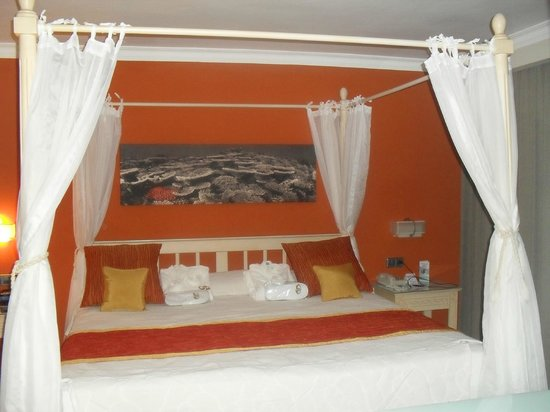 Grand Palladium Bavaro Suites Resort & Spa: Beautiful bed at the Romance room