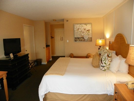 Inn On The Lakes: Our room was nicely decorated and comfortable..