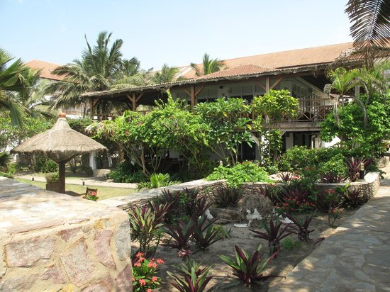 Best Western Plus Accra Beach Hotel: View of hotel from grounds