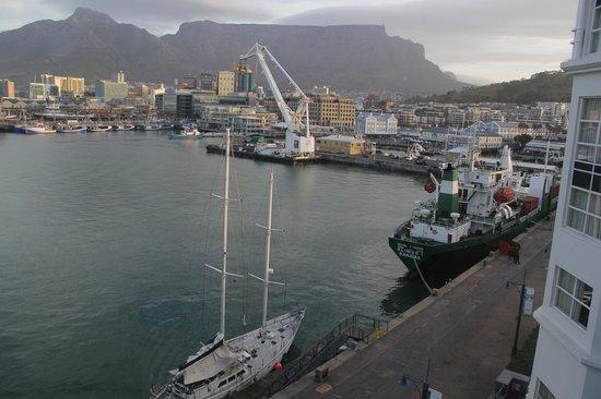 โรงแรมเดอะเทเบิ้ล เบย์: Table Mountain and Bay - view from our window