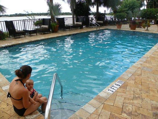 Inn On The Lakes: Beautiful Pool setting on the Lake