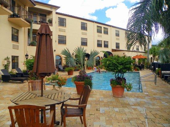 Inn On The Lakes : A beautiful pool area.