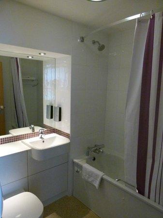 Premier Inn London Hanger Lane Hotel: Baño