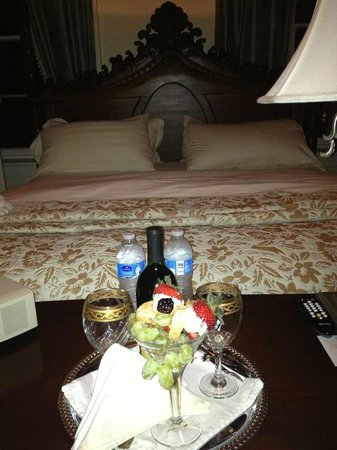 Justine Inn Savannah: Second night - wine and fruit after a carriage ride thru the city!