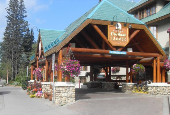 Banff Caribou Lodge & Spa: Entrance View of Hotel