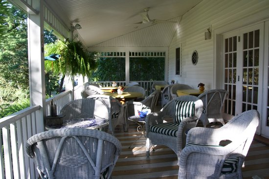 The Harbour Cottage Inn: Outside breakfast area