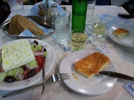 Trehantiri Taverna: Greek salad e formaggio fritto. Ottimi..